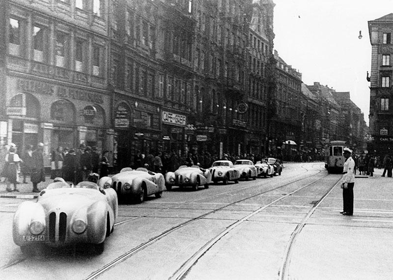 Parade der siegreichen BMW Mannschaft in München nach dem I. Gran Premio Brescia delle Mille Miglia, 28.04.1940