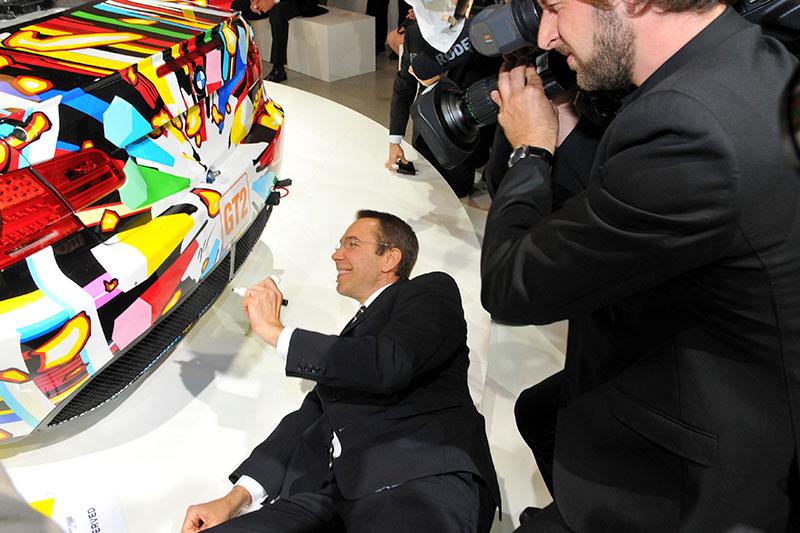 Jeff Koons unterschreibt das 17. BMW Art Car im Centre Pompidou in Paris