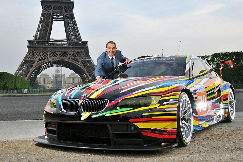 Jeff Koons mit dem 17. BMW Art Car am Tour Eiffel in Paris, 2010