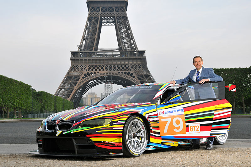 Jeff Koons mit dem 17. BMW Art Car am Tour Eiffel in Paris, 2010