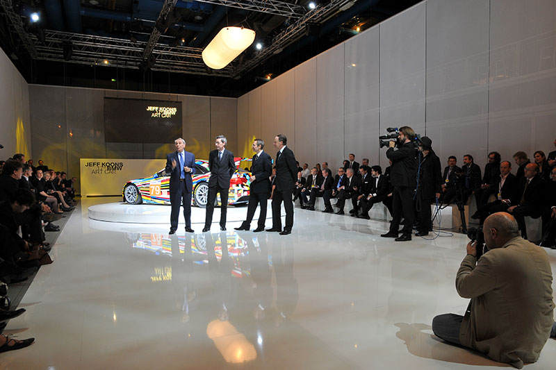 Hervé Poulain; Alfred Pacquement, Direktor des Centre Pompidou; Jeff Koons und Ian Robertson, Mitglied des Vorstands des BMW AG, vor dem 17. BMW Art Car