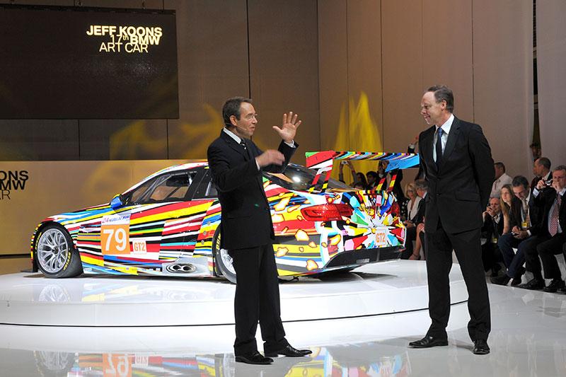 Jeff Koons und Ian Robertson, Mitglied des Vorstands der BMW AG, vor dem 17. BMW Art Car im Centre Pompidou in Paris