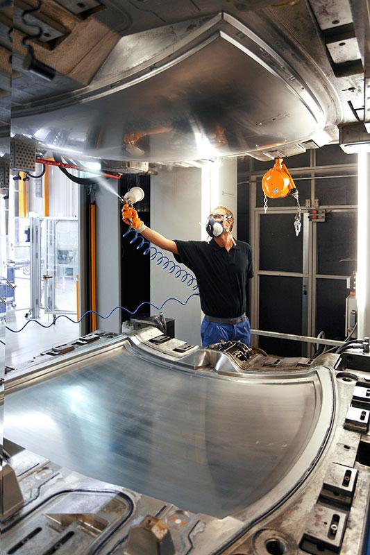 BMW Werk Landshut: Trennmittelauftrag in die RTM Presse (Resin Transfer Mould)
