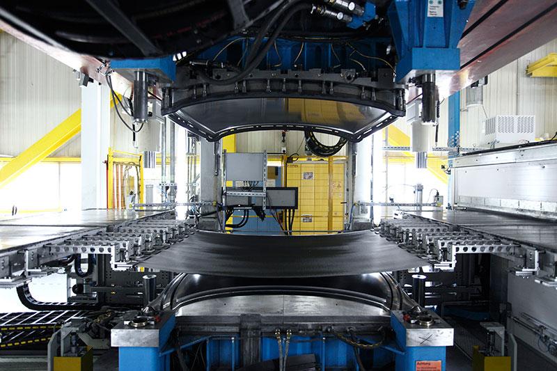 BMW Werk Landshut: Preformen des Carbon Dachs BMW M3
