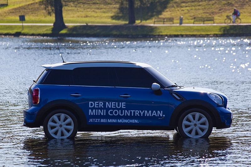 im Olympiapark macht BMW Werbung für seinen neuen MINI Countryman