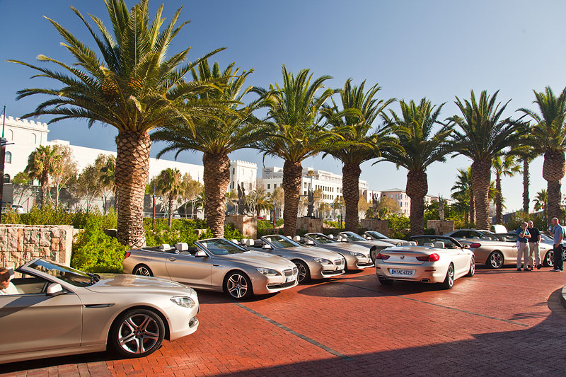 Parkende BMW 6er Cabrios direkt vor dem Hotel The One And Only in Kapstadt.