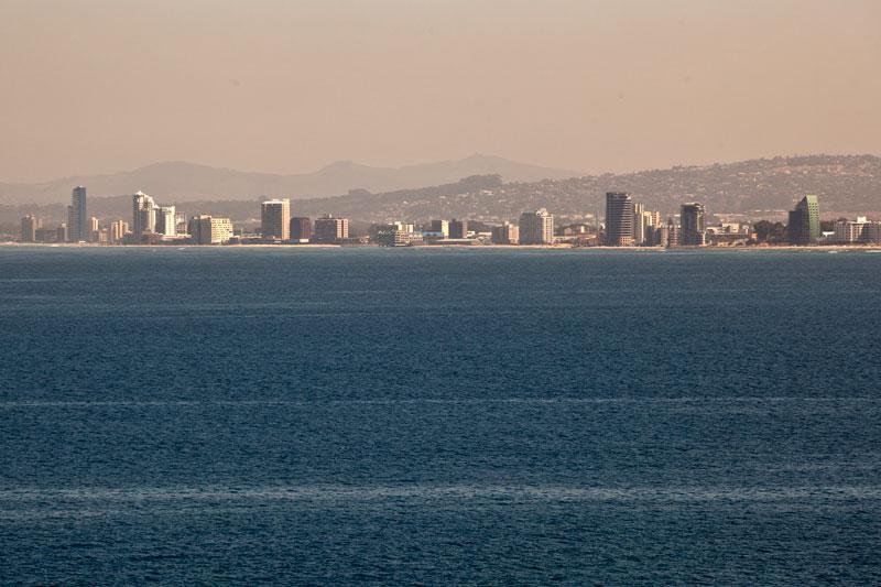 Blick von Gordon's Bay auf die Küste: Sunrise, Mnandi und Macassar Beach.