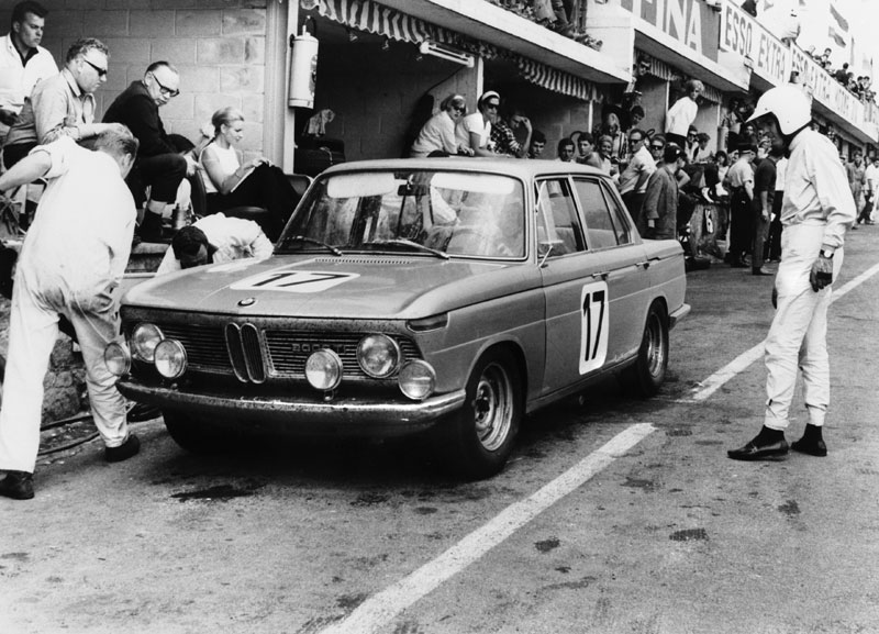 50 Jahre BMW Neue Klasse, BMW 1800 beim 24-Stunden-Rennen im belgischen Spa Francorchamps 1966 - Boxenstopp