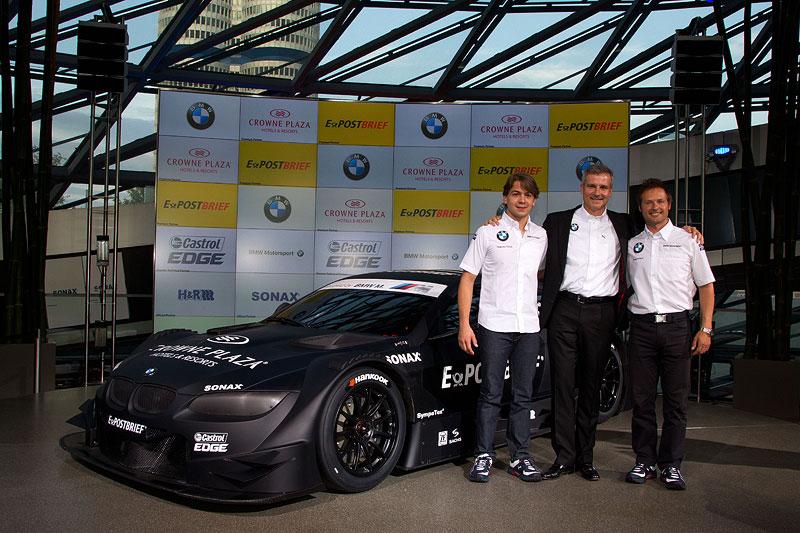 BMW Werksfahrer Augusto Farfus (BR), BMW Motorsport Direktor Jens Marquardt und Andy Priaulx (GB) mit dem BMW M3 DTM Concept Car