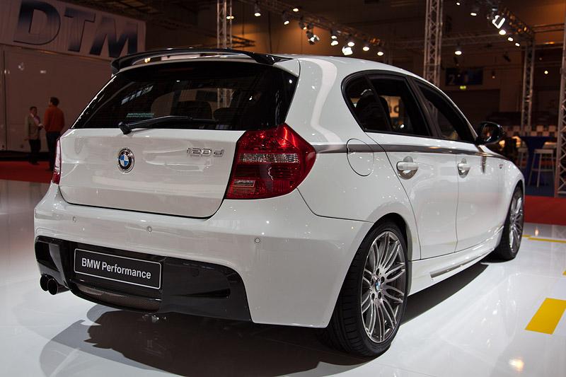 BMW 1er (E87) mit BMW Performance Heckschürze (545 Euro), Dachkantenspoiler Carbon (797 Euro) und Schalldämpfer-System (469 Euro)