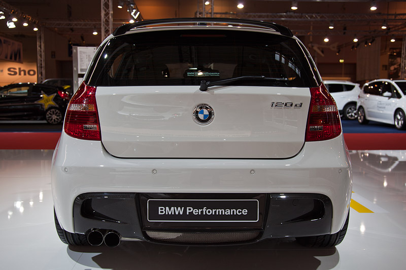 BMW 1er (E87) mit BMW Performance Heckschürze, Dachkantenspoiler und Diffusor Carbon und Schalldämpfer System
