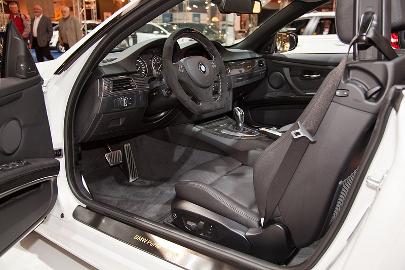 BMW 335i Cabrio Performance mit BMW Performance Abdeckung Lenkrad in Alcantara (51 Euro), Handbremsgriff mit Balg (99 Euro)