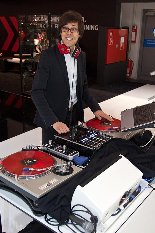 Essen Motor Show 2011: ein DJ sorgt für gute Musik auf dem BMW/MINI Messestand