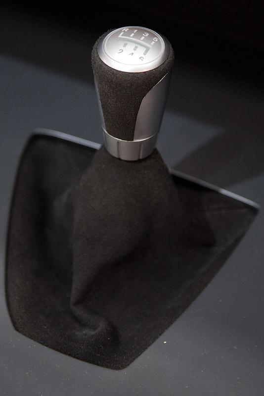 BMW Performance Schaltknauf mit BMW Performance Schaltbalg in Alcantara und BMW Performance Schaltwegverkürzung