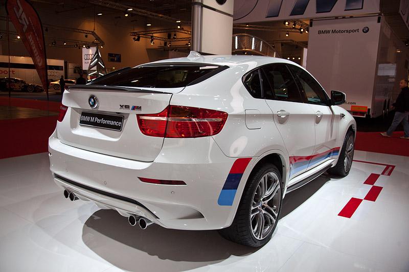 BMW X6 M Performance mit BMW Performance Heckfinnen (100 Euro) und Heckspoiler Carbon (525 Euro)