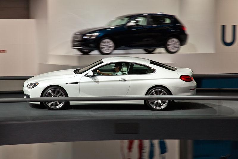 BMW 6er Coupé fahrend präsentiert in der BMW Messehalle auf der IAA 2011