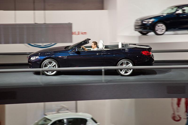 BMW 6er Cabrio fahrend präsentiert in der BMW Messehalle auf der IAA 2011