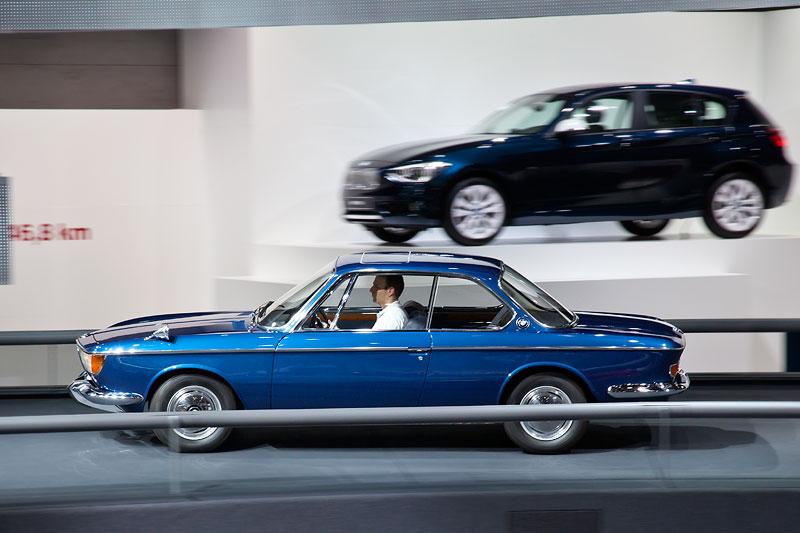 BMW Coupé fahrend präsentiert in der BMW Messehalle auf der IAA 2011