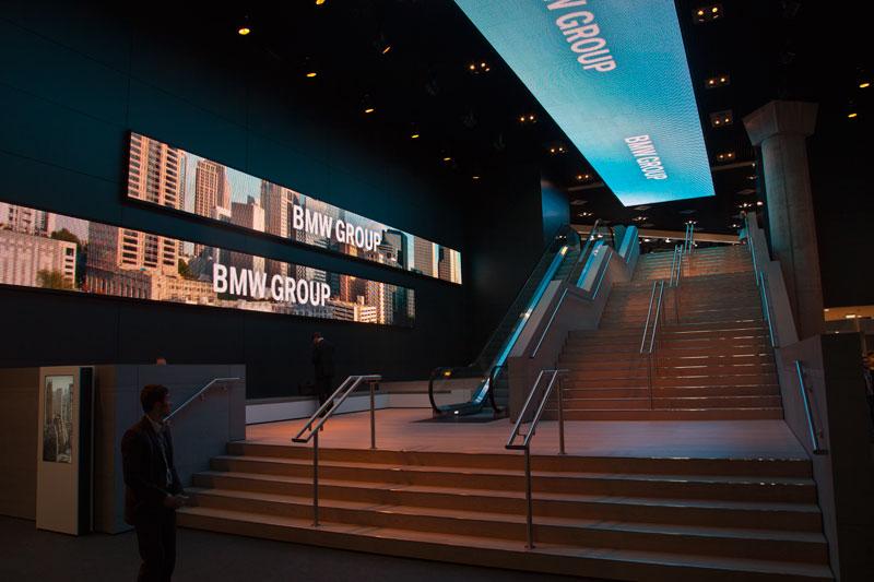 Eingangstreppe zur Hochebene der BMW Messehalle auf der IAA 2011