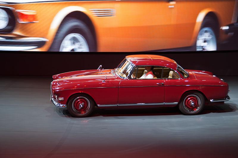 BMW 503 Coupé fahrend präsentiert in der BMW Messehalle auf der IAA 2011