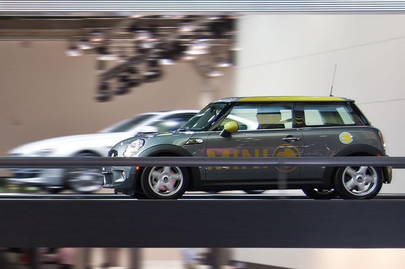 MINI E fahrend präsentiert in der BMW Messehalle auf der IAA 2011
