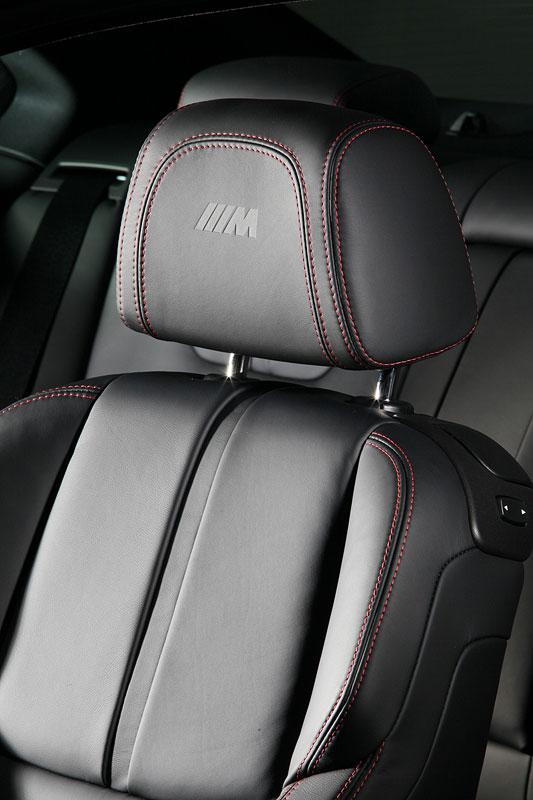 BMW Frozen Black Edition M3 Coupe, Sitze mit M-Symbol und roter Kontrastnaht