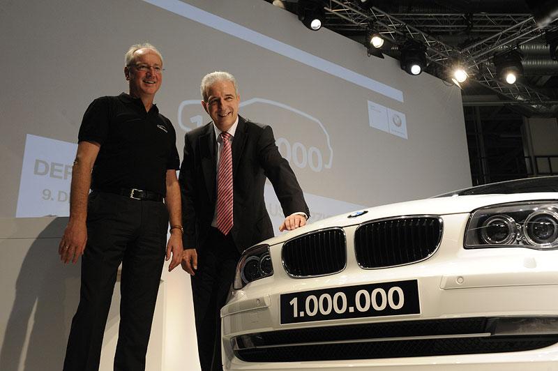 Der einmillionste BMW aus dem BMW Werk Leipzig: Ministerpräsident Stanislaw Tillich und Werkleiter Manfred Erlacher mit dem Jubiläumsfahrzeug.