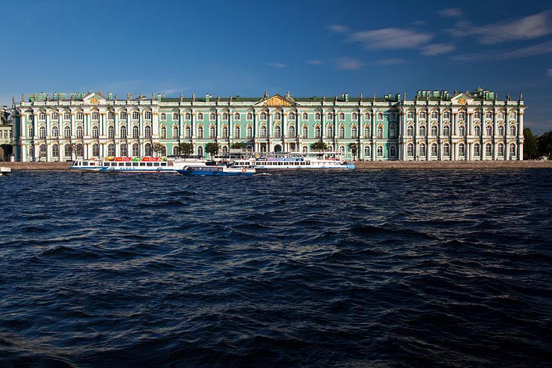 Winterpalast mit der berühmten Eremitage, von der Newa gesehen