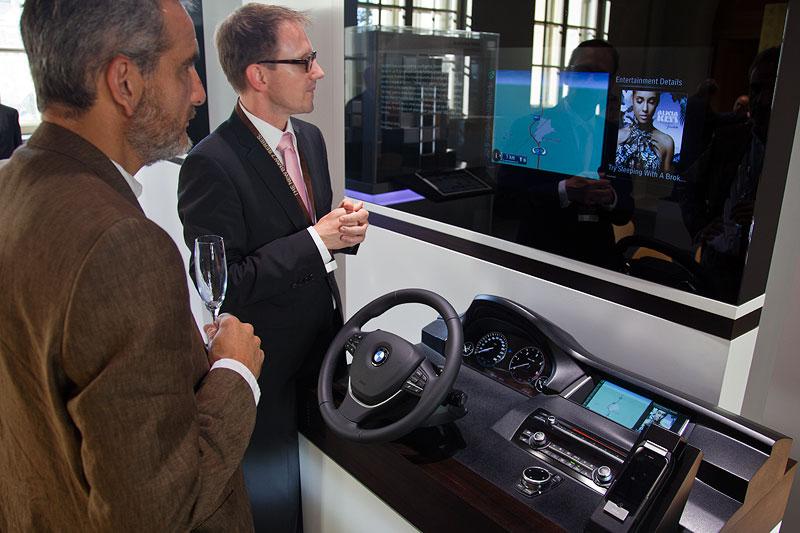 das neue BMW Navigationssystem und die neuen ConnectedDrive Funktionen wurden anhand eines Modells erläutert