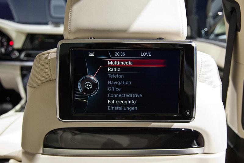 Fond-Entertainment-System mit nun glänzenden Bildschirmen