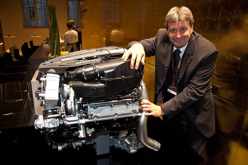 Dr. Schwarz, BMW Motoren Entwicklungschef, erklärte anhand eines Schnittmodelles den neuen BMW V8 Motor, der u. a. im neuen 750i/Li zum Einsatz kommt.