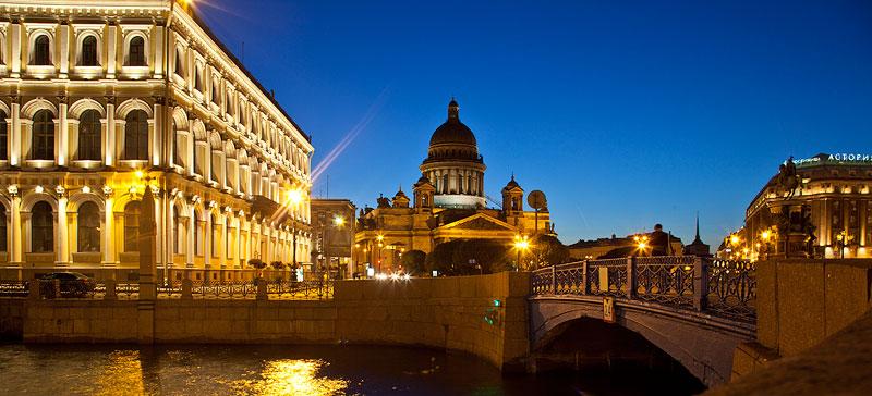 Isaakskathedrale (Mitte) und Astoria Hotel (rechts) in St. Petersburg