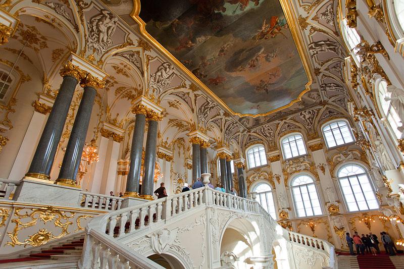 Jordantreppe im Winterpalast, der mit viel Carrara Marmor und Gold ausgestattet ist