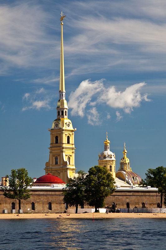 vergoldete Türme der Peter und Paul Kathedrale