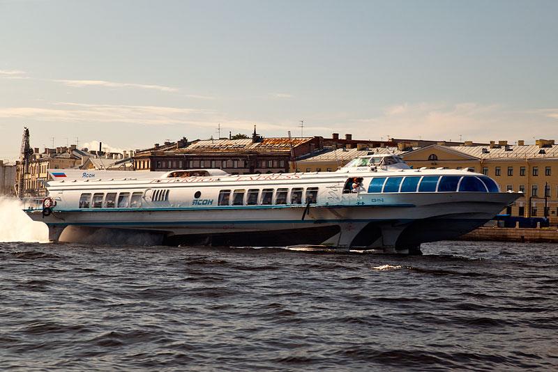 Schnellboot auf der Newa auf seinem Weg Richtung Ostsee