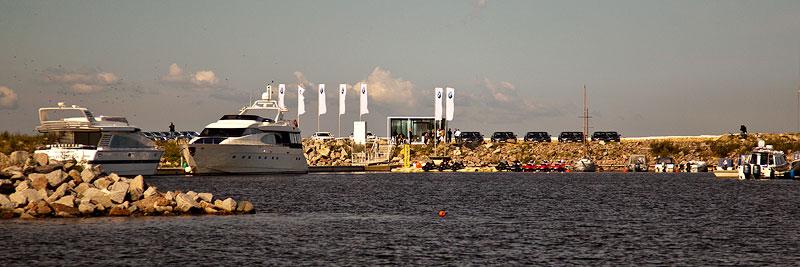 per Schnellboot wurden die Journalisten zu ihren Testfahrzeugen im Yachthafen von St. Petesburg gebracht.