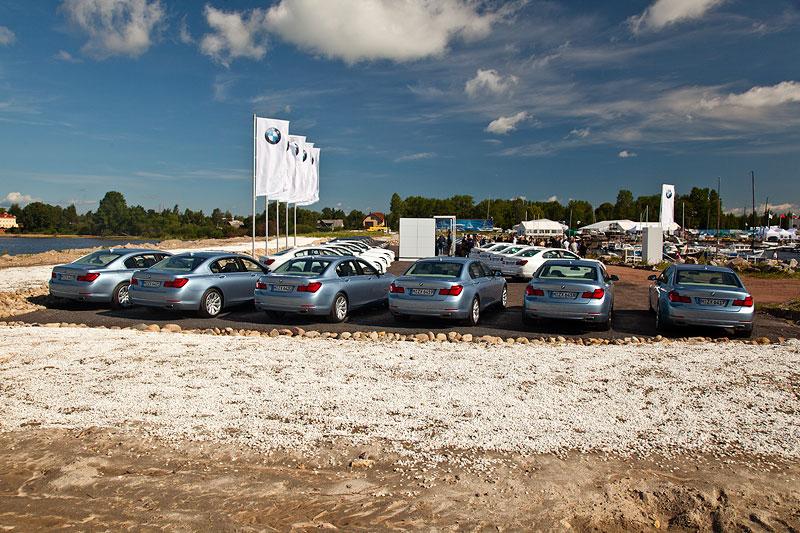 BMW 7er Testfahrzeuge im Yachthafen von St. Petersburg, vorne sechs Active Hybrid 7.