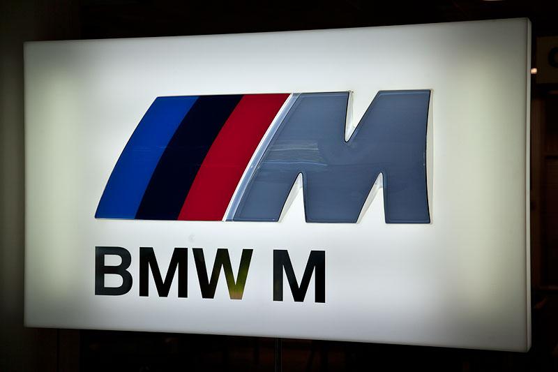 BMW M Schild im Verkaufsraum des BMW M Händlers in St. Petersburg