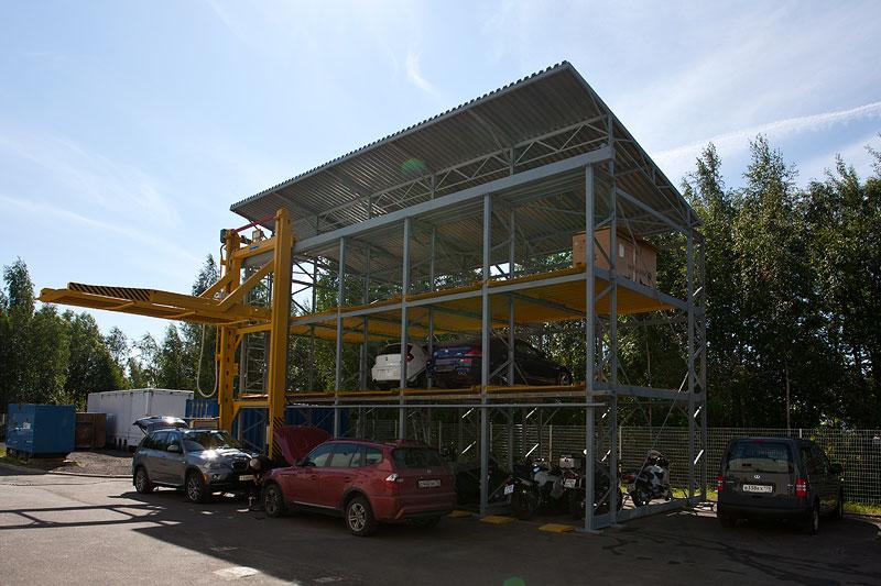 Parkhaus im Hinterhof des BMW M Händlers. Hier werden u. a. auch Motorräder gelagert.