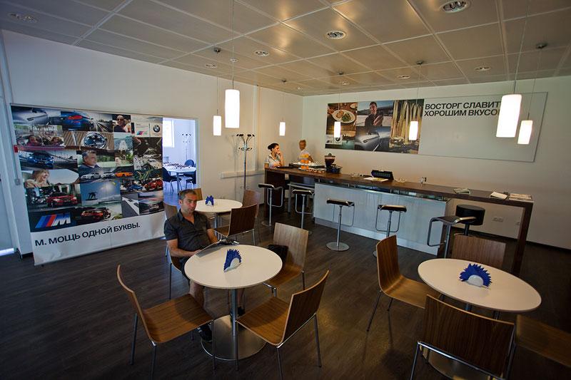 Café auf dritter Ebene - Treffpunkt vor allem auch für BMW-Motorradfahrer und Fans