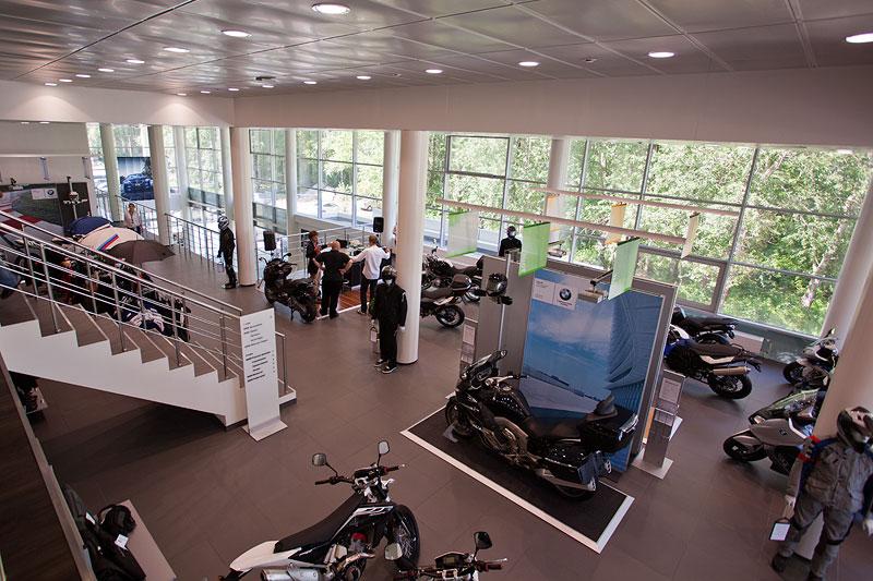 auf zweiter Ebene bietet der BMW M Händler in St. Petersburg BMW Motorräder an