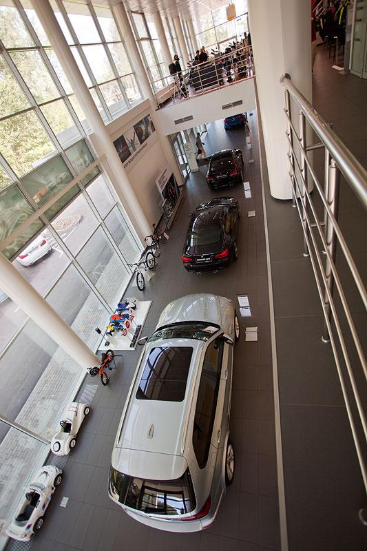 relativ kleine Verkaufsfläche: insgesamt sind fünf BMW M Fahrzeuge ausgestellt