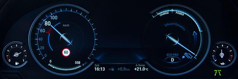 Multi-Instrumenten-Display im BMW 750i (F01 LCI), Eco Pro Modus, recht wird angezeigt, dass man doch besser den Fuß vom Gas nehmen möge