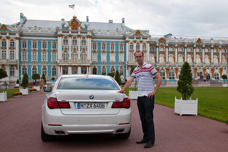 Christian Schütt mit seinem Testfahrzeug BMW 750i (F01 LCI) in St. Petersburg
