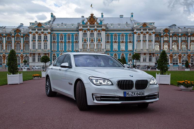BMW 750i (F01 LCI) vor dem Katharinenpalast