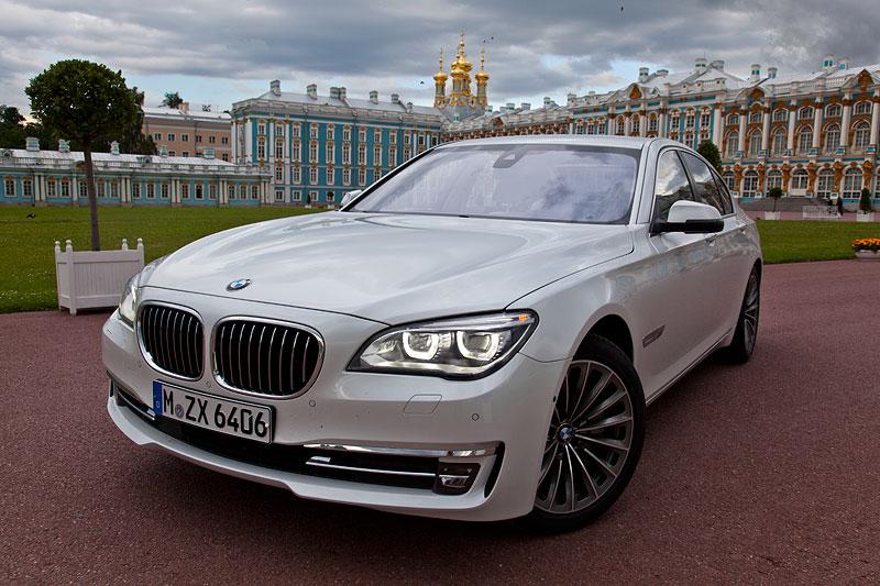 BMW 750i (F01 LCI) nach der Testfahrt am Katharinenpalast in St. Petersburg