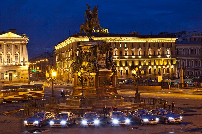 Sechs Active Hybrid auf dem Isaak Platz in St. Petersburg