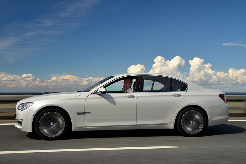 Testfahrt im BMW 750i (F01 LCI) auf den Straßen von St. Petersburg
