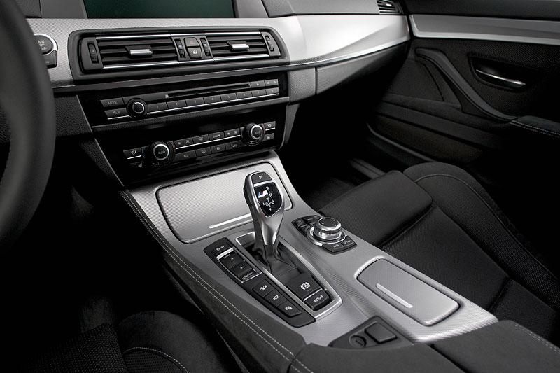 BMW M550d xDrive, Mittelkonsole mit iDrive Controller