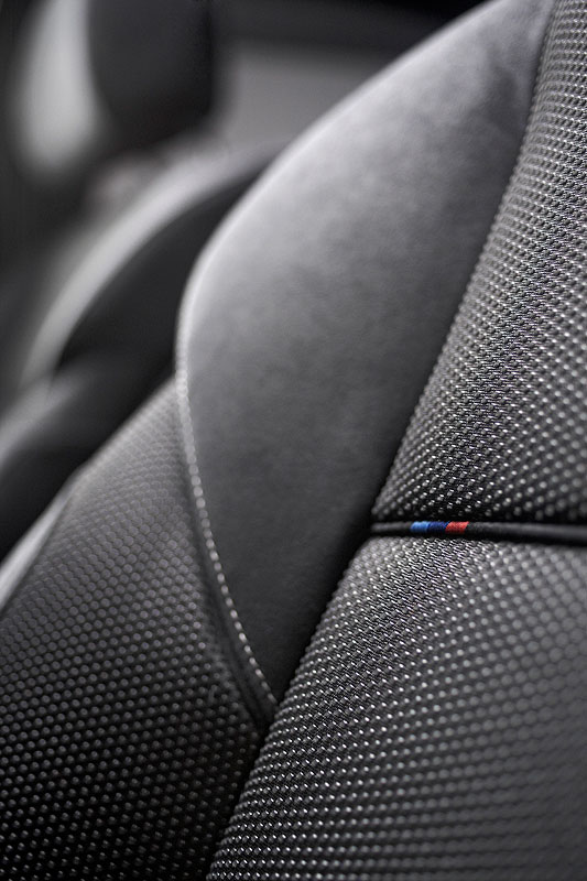 BMW M550d xDrive, M-Farben im Sitz